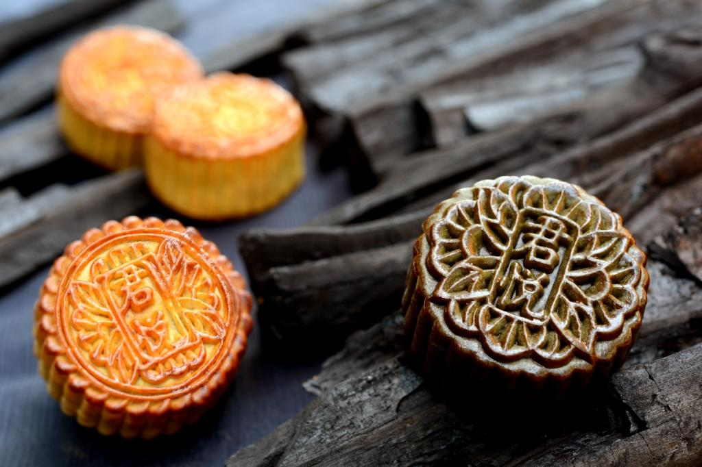 Sesame Lotus Single Yolk with Bamboo Ash Mooncake