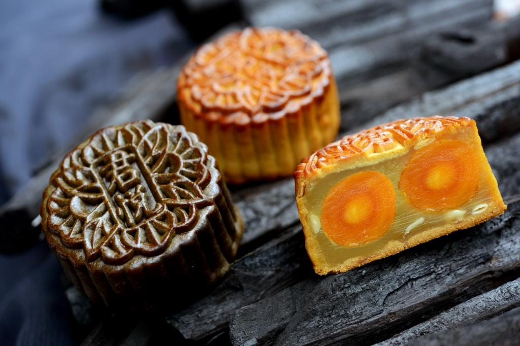 White Lotus Double Yolk with Roasted Melon Seed Mooncake