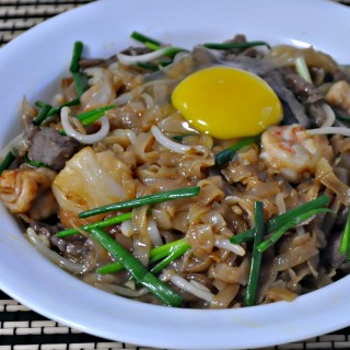 Stir-Fried Moonlight Hor Fun (Flat Rice Noodles) with Beef & Seafood 月光河粉