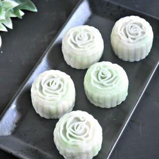 Pandan Lotus Snowskin Mooncakes 班兰莲蓉冰皮月饼